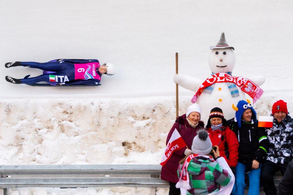 La italiana Katharina Putzer durante la segunda carrera de la Women's Singles Competition en luge mientras la gente posa para una fotografía durante los Juegos Olímpicos Juveniles de Invierno de Lausana 2020 en St. Moritz.
