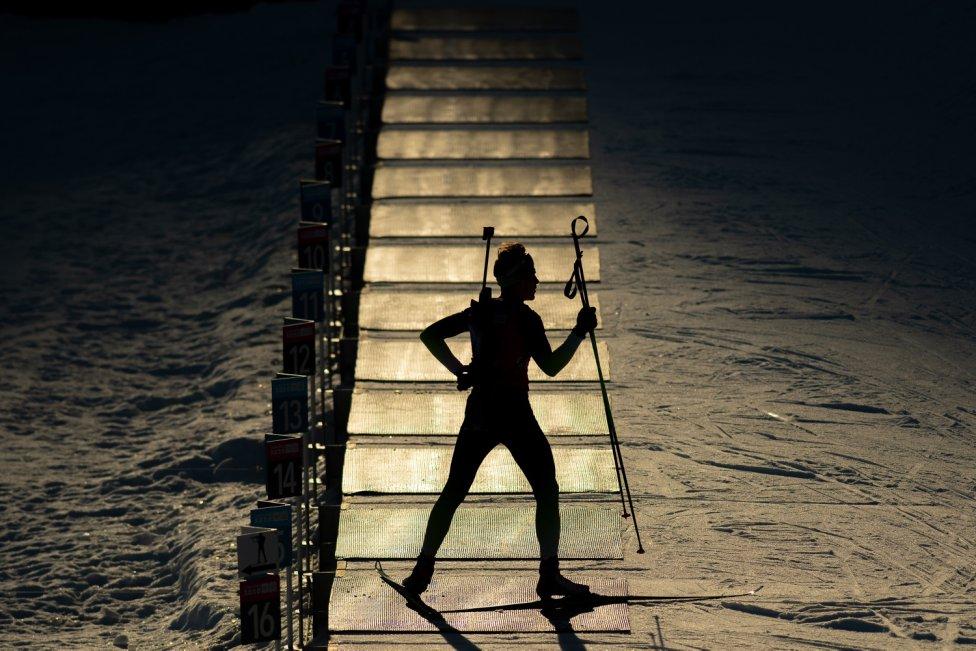 El atleta francés Lou Thievent calienta antes del Sprint de 7.5 km masculino en Biatlón durante los Juegos Olímpicos de Invierno de Lausana 2020 en el Stade Nordique des Tuffes, Francia.