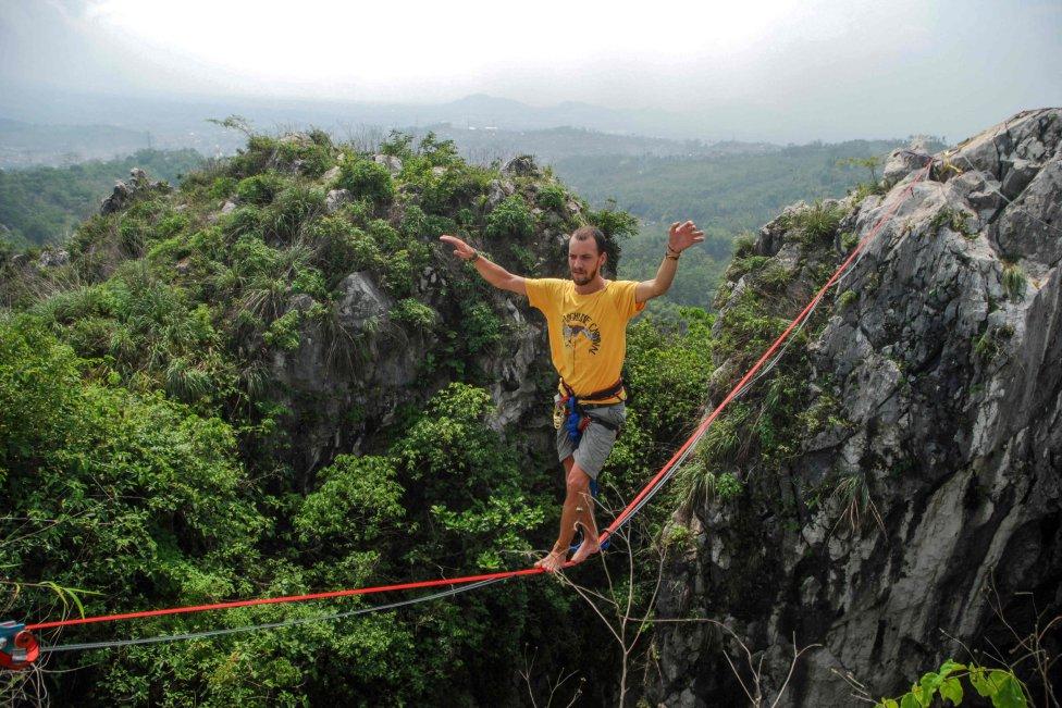 El grupo indonesio de deportes extremos Pushing Panda practica el equilibrio sobre una cuerda de entre 100 y 200 metros de largo y a 100 metros de altura en el marco de una campaña de conservación de la roca kárstica en Padalarang, Java Occidental.