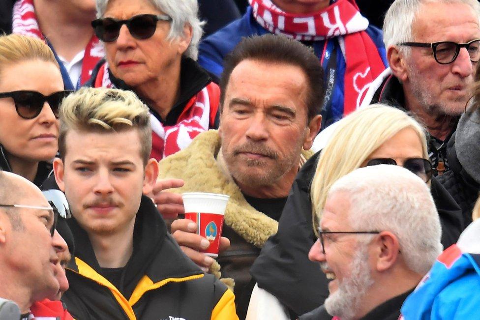 El actor y ex político austriaco-estadounidense Arnold Schwarzenegger  entre los espectadores para ver el eslalon masculino en la Copa del Mundo de esquí alpino FIS en Kitzbuehel, Austria.