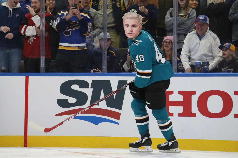 El jugador Tomas Hertl de los San Jose Sharks con una careta de Justin Bieber.