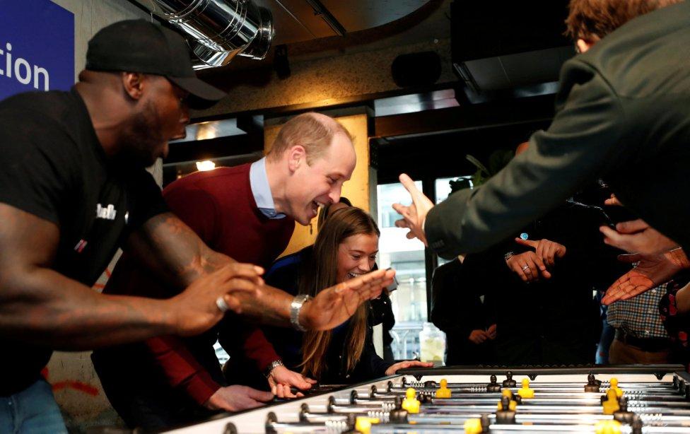 El Príncipe William de Gran Bretaña jugando un partido de futbolín durante el lanzamiento de los Heads Up Weekends en Londres.