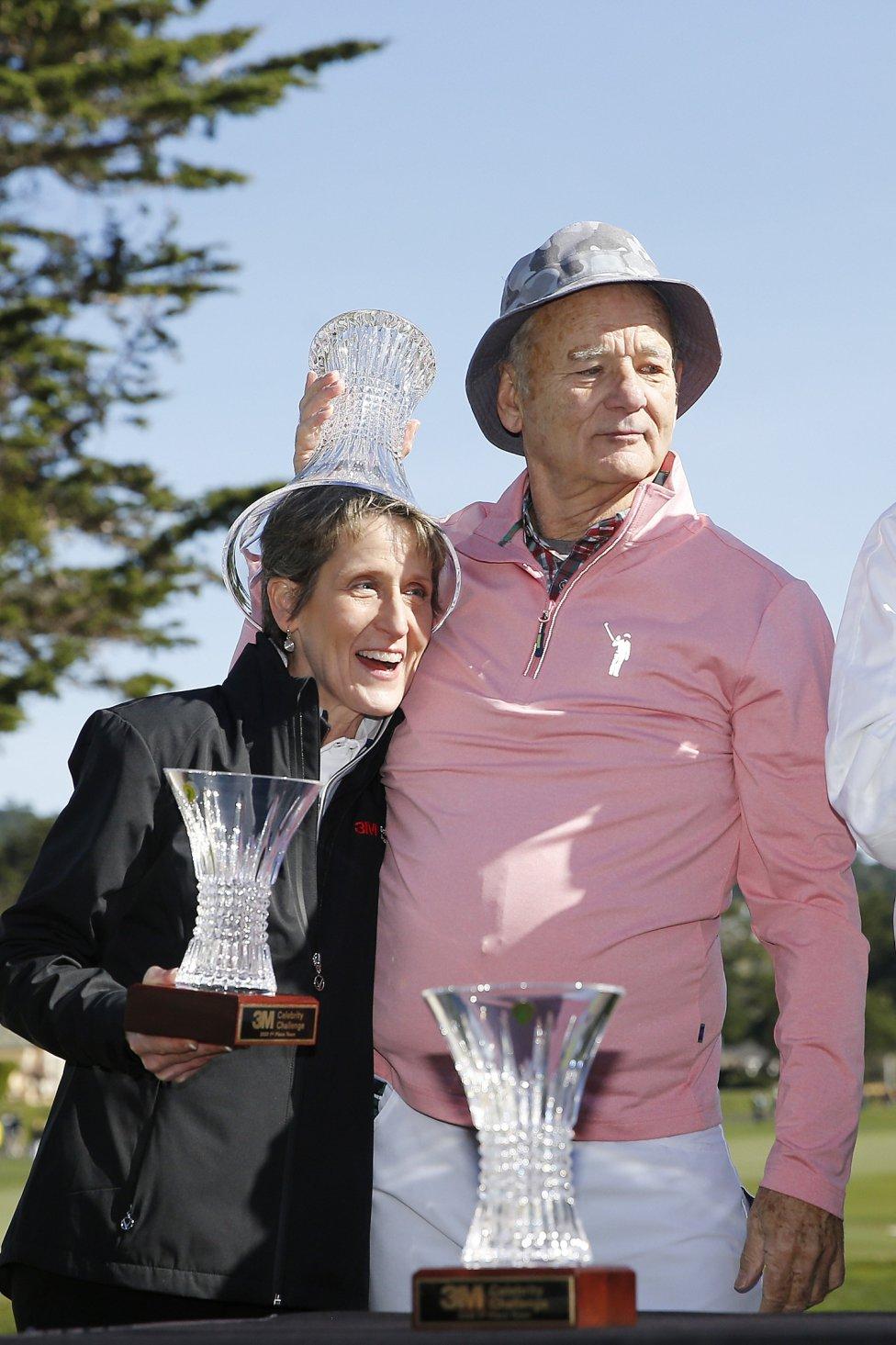 El actor Bill Murray pone el trofeo en la cabeza de la Vicepresidenta Senior de Asuntos Corporativos de 3M, Denise Rutherford, después del 3M Celebrity Challenge de golf celebrado en Pebble Beach, California.