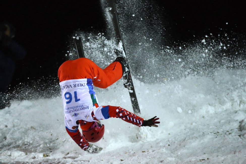 La esquiadora rusa Sofía Alekseeva compitiendo en las finales aéreas de mujeres en la Copa del Mundo de esquí de estilo libre FIS en Deer Valley en Park City, Utah.