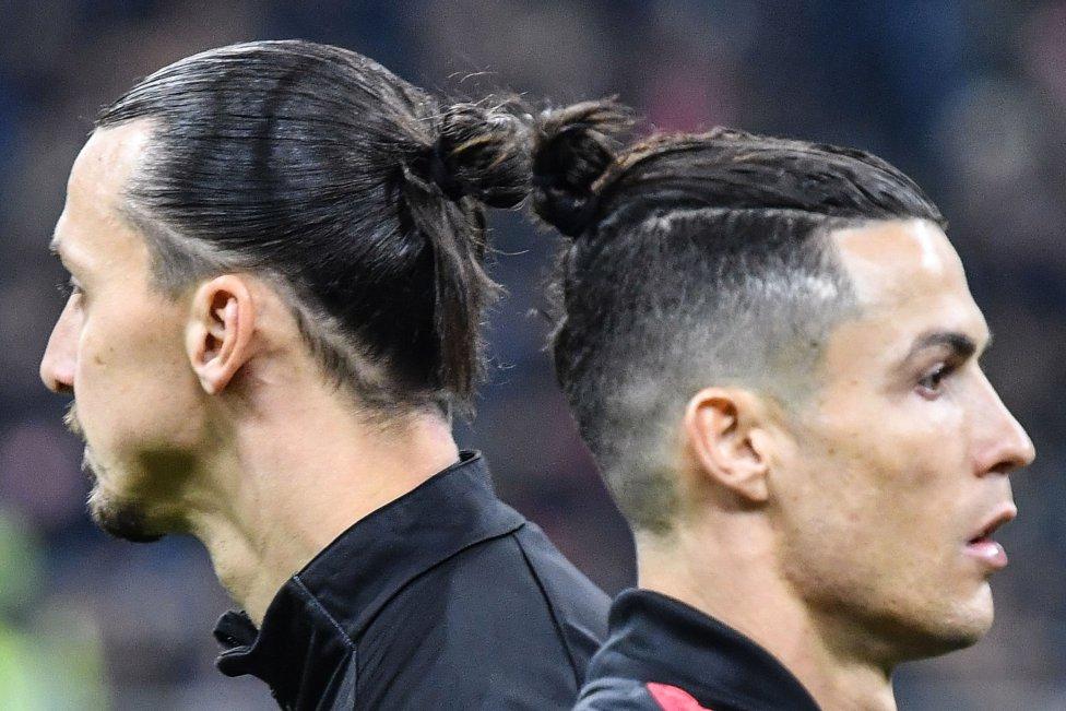 Curiosa imagen de los futbolistas Cristiano Ronaldo, de la Juventus, y de Zlatan Ibrahimovic, del AC Milan, al cruzarse antes del partido de la Copa de Italia.
