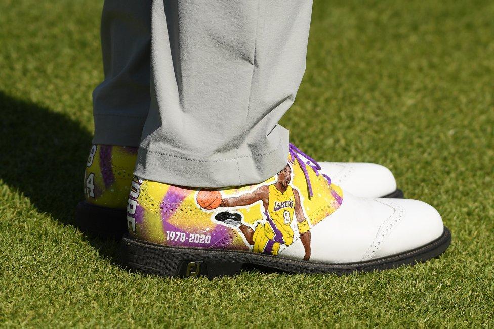 Detalle del calzado del golfista estadounidense Justin Thomas homenajeando a Kobe Bryant.