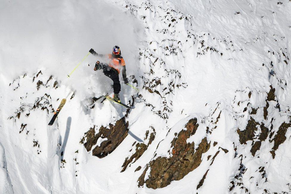 El esquiador de freeride Logan Pehota de Canadá pierde un esquí mientras compite en el snowboard Freeride World Tour en la Columbia Británica, Canadá.