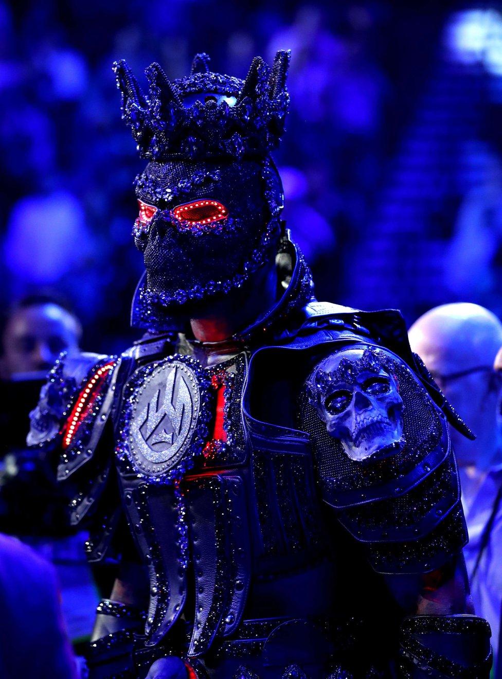 El boxeador Deontay Wilder entra al ring antes de la pelea de peso pesado para el título de WBC contra Tyson Fury en el MGM Grand Garden Arena en Las Vegas, Nevada.