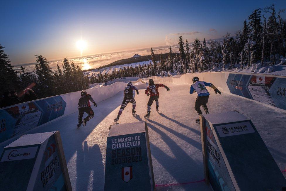 Preciosa imagen de los patinadores Steven Cox de Canadá, Marco Dallago de Austria, Mirko Lahti de Finlandia y Matt Johnson de Estados Unidos compitiendo en el ATSX 500, la séptima parada del Red Bull Ice Cross World Championship en Le Massif de Charlevoix, Canadá.