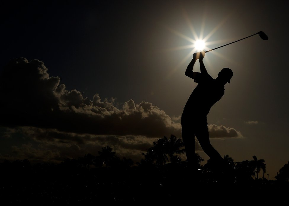 Robert Streb golpea la bola durante la tercera ronda del Abierto de Puerto Rico en el Grand Reserve Country Club en Río Grande, Puerto Rico.