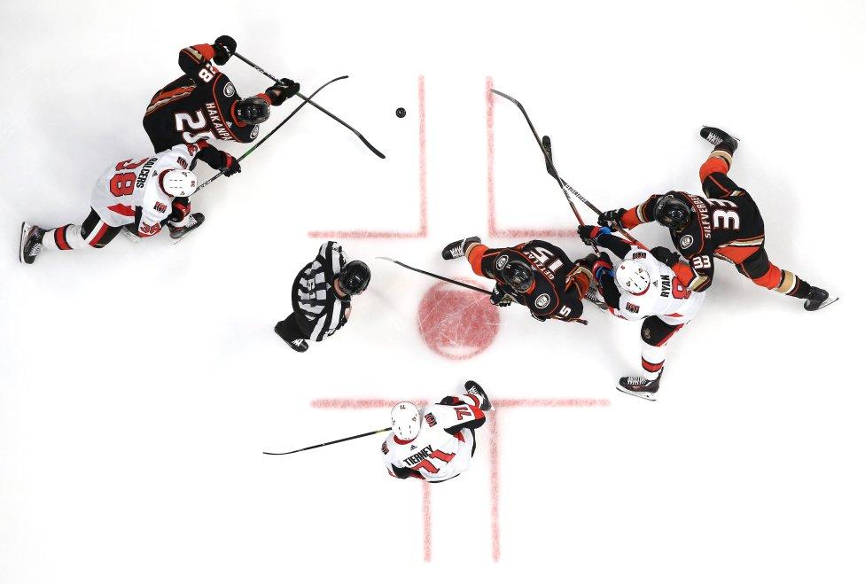 Vista cenital de un momento del partido de hockey sobre hielo entre los Ottawa Senators y los Anaheim Ducks, en California.