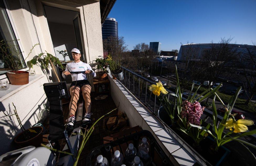 Johannes Weissenfeld, miembro del remo alemán, entrena en el balcón de su apartamento en Dortmund, Alemania.