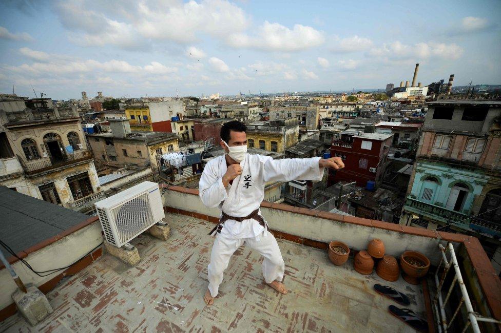 El judoka cubano Alejandro López entrena en la azotea de su domicilio en La Habana.