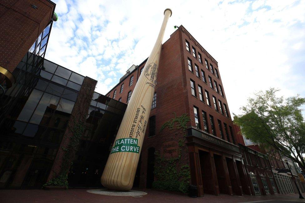 Fachada de la fábrica de madera Louisville Slugger donde se hacen 2 millones de bates de Béisbol de madera al año