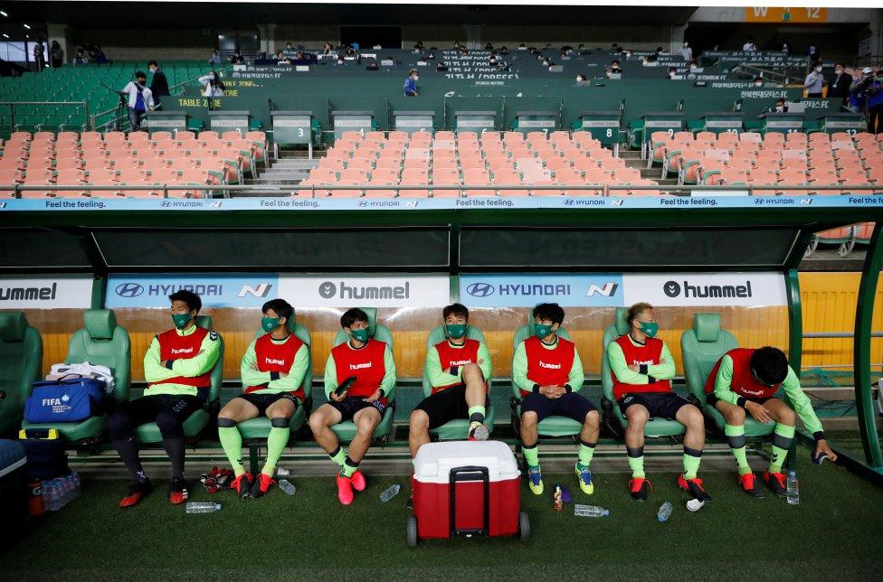 Los jugadores con máscarillas en el banquillo, a pesar de que la mayoría de los deportes se cancelan en todo el mundo la liga en Corea del sur comienza a puerta cerrada debido a la propagación de la enfermedad por coronavirus