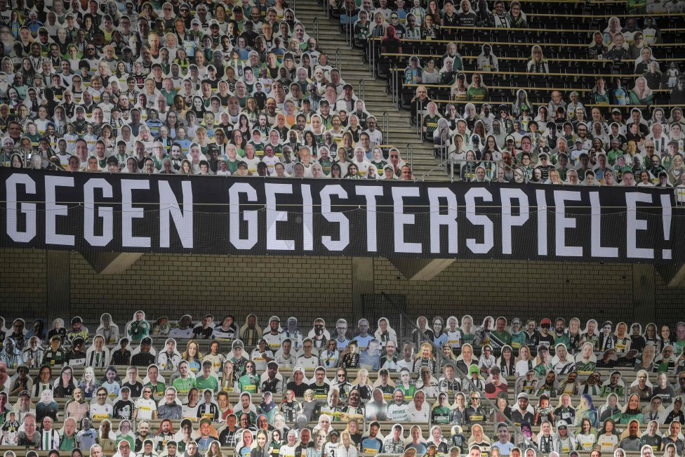 """En la primera división alemana de la Bundesliga, el partido de fútbol Borussia Moenchengladbach v Bayer 04 Leverkusen, el 23 de mayo de 2020 en Moenchengladbach, Alemania occidental, se muestra una pancarta que dice """"contra los partidos fantasmas""""."""