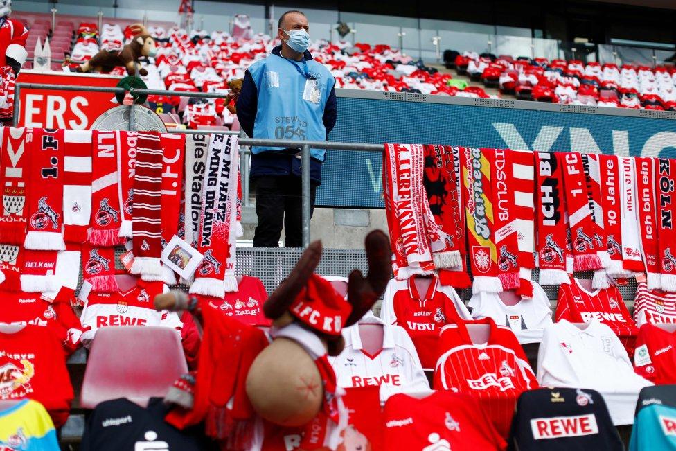 Asientos abarrotados de camisetas para que los partidos a puerta cerrada no resulten tan fríos, en el partido de fútbol de la Bundesliga de la primera división alemana FC Colonia v Fortuna Dusseldorf