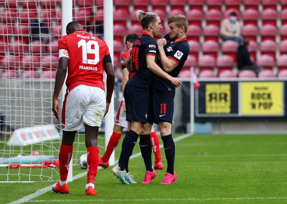 El alero alemán de Leipzig, Timo Werner (R), celebra anotando el 0-4 con el centrocampista esloveno de Leipzig Kevin Kampl (C) durante el partido de fútbol de la primera división alemana de la Bundesliga Mainz 05 v RB Leipzig en Mainz