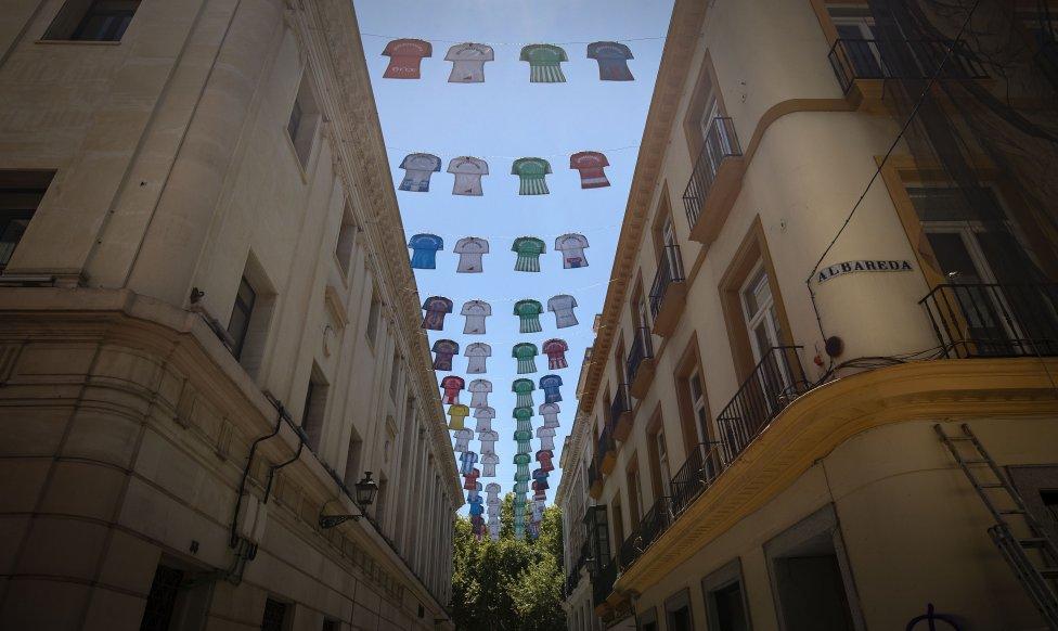Las calles de Sevilla se decoran con camisetas de los equipos de LaLiga para promocionar la reanudación de la competición