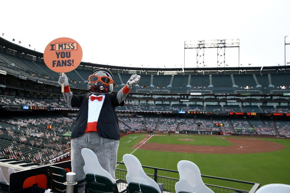 Lou Seal, la mascota de los Giants de San Francisco, saluda a los seguidores fuera del estadio durante su partido contra los Padres de San Diego en Oracle Park.