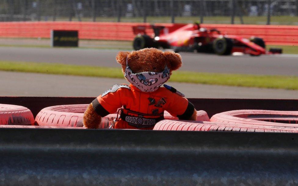 Graciosa imagen de un osito de peluche con mascarilla en el circuito de Silverstone.