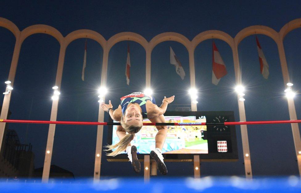 Yuliya Levchenko de Ucrania en acción durante el grupo de salto de altura femenino