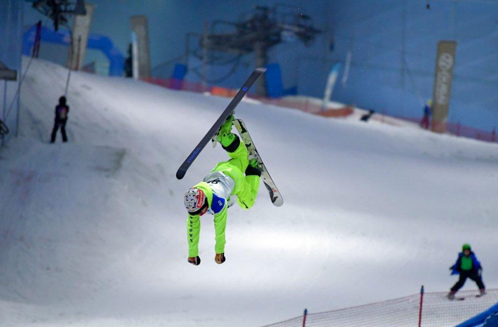 """Un esquiador realiza un salto durante un concurso como parte de la """"Semana de la nieve DXB"""" en el resort cubierto Ski Dubai en el emirato del Golfo en pleno mes de agosto."""