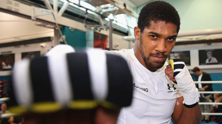Anthony Joshua posa durante el Media Day en el English Institute of Sport de Sheffield, Inglaterra, antes de su pelea ante Alexander Povetkin.