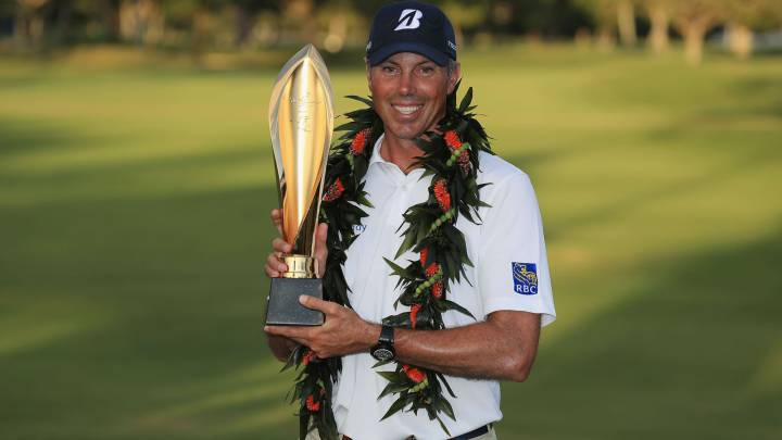 Matt Kuchar posa con el trofeo de campeón del Sony Open de Hawaii en el Waialae Country Club de Honolulu, Hawaii.