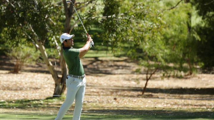 Adrián Otaegui golpea la bola durante el ISPS Handa World Super 6 Perth en el Lake Karrinyup Country Club de Perth, Australia.