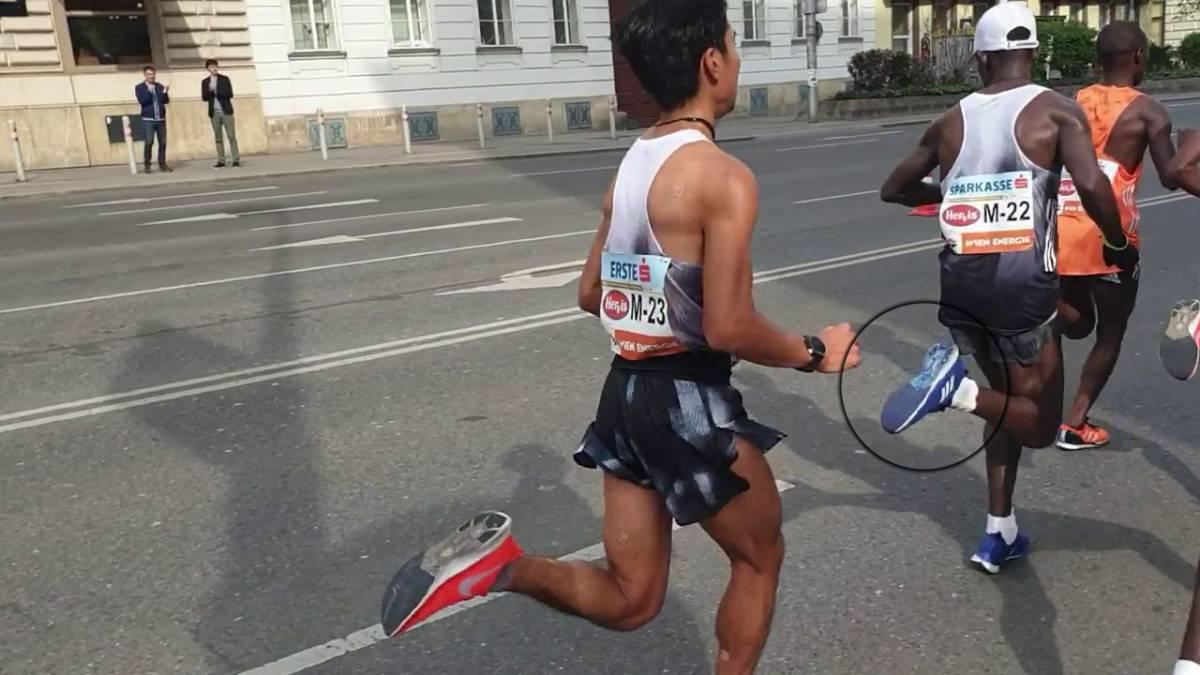 Un atleta pinta sus Nike de Adidas en una maratón de Viena