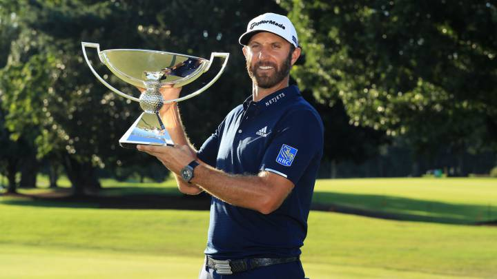 Dustin Johnson posa con el trofeo de campeón del TOUR Championship 2020 en el East Lake Golf Club de Atlanta, Georgia.