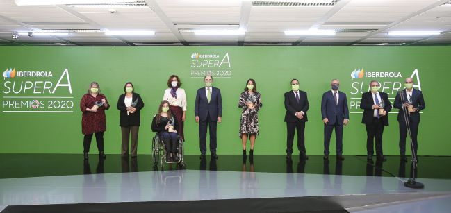Todos los galardonados posan tras la entrega de premios.
