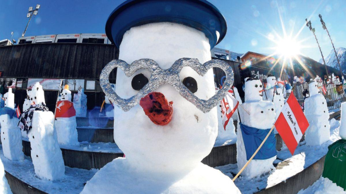 La nieve está dejando originales y curiosas imágenes por todo el mundo. Como estos muñecos de nieve que han reemplazado al público.