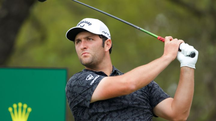 Jon Rahm golpea una bola durante el WGC Dell Technologies Match Play en el Austin Country Club.