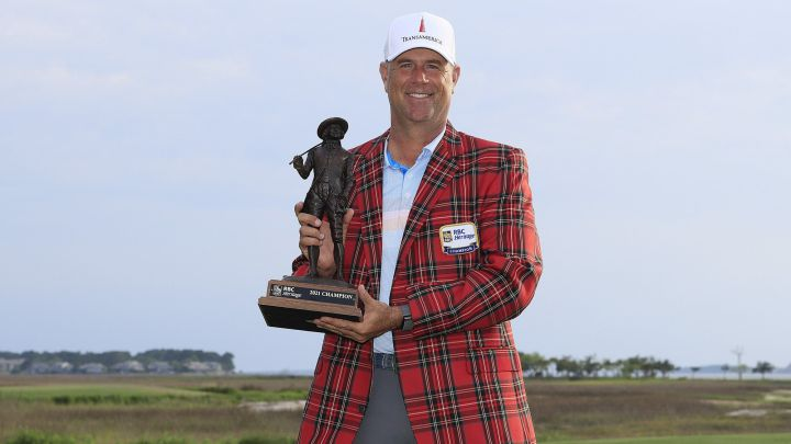 Stewart Cink posa con el trofeo de campeón del RBC Heritage en el Harbour Town Golf Links de Hilton Head Island, South Carolina.