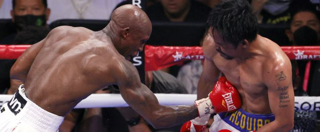 Yordenis Ugas conecta un golpe a Manny Pacquiao.
