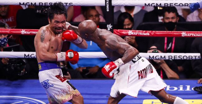 Yordenis Ugas lanza un golpe contra Manny Pacquiao.
