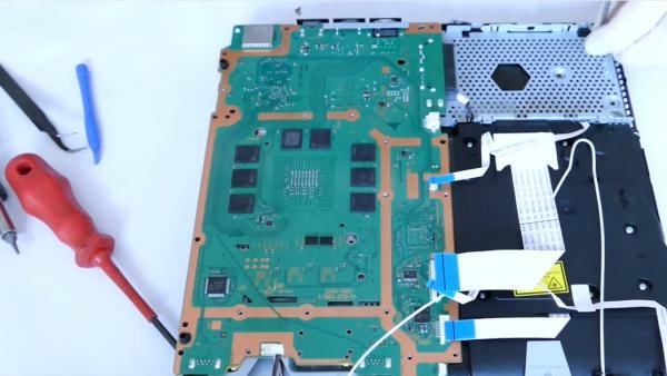 Un usuario desmonta y muestra por dentro una PS4 Slim - MeriStation