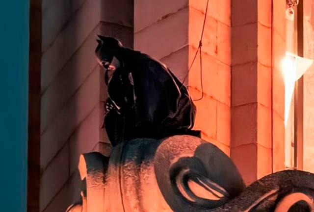 The Batman: nuevas y espectaculares fotos del rodaje con Batman en lo alto de una torre