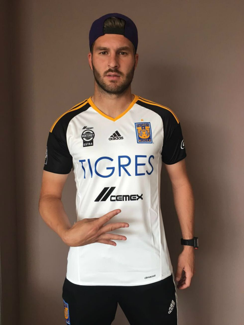 e2f78b376edc1 Liga MX Causa furor en tiendas venta del nuevo jersey de Tigres - AS ...