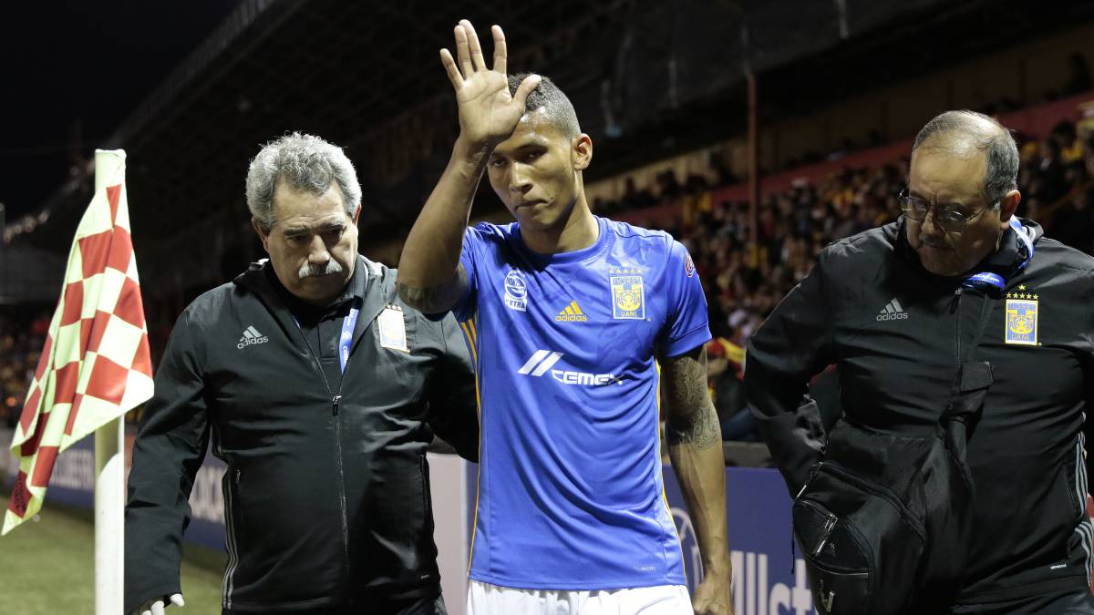 Francisco Meza sale lesionado del partido ante Herediano
