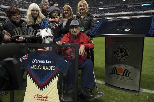 Melquiades Sánchez Orozco recibiendo un homenaje en el Estadio Azteca durante los festejos de los 50 años del inmueble.