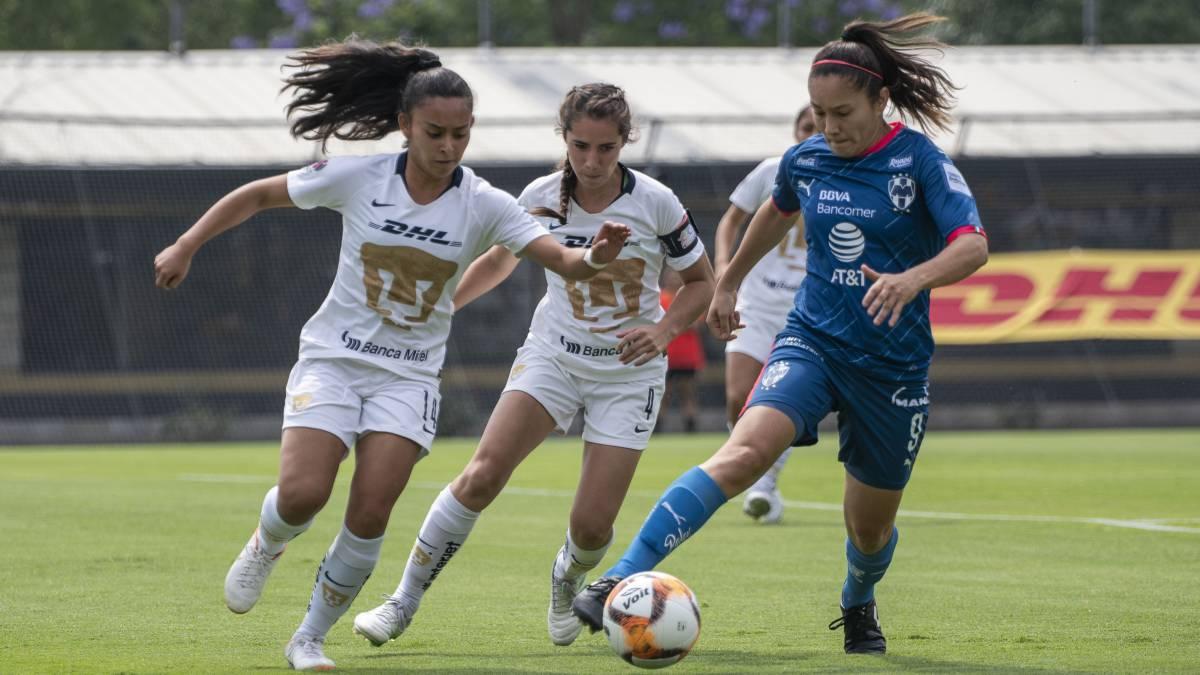 246cc18be Desirée Monsiváis conduce el balón ante dos futbolistas de Pumas Femenil
