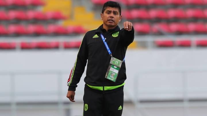 ba9d62488 Marco Antonio Ruiz da indicaciones a sus jugadores.