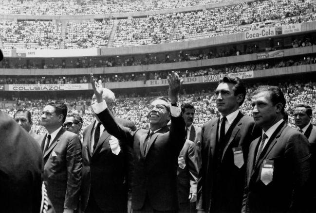 Gustavo Díaz Ordaz, al llegar a la inauguración del Estadio Azteca
