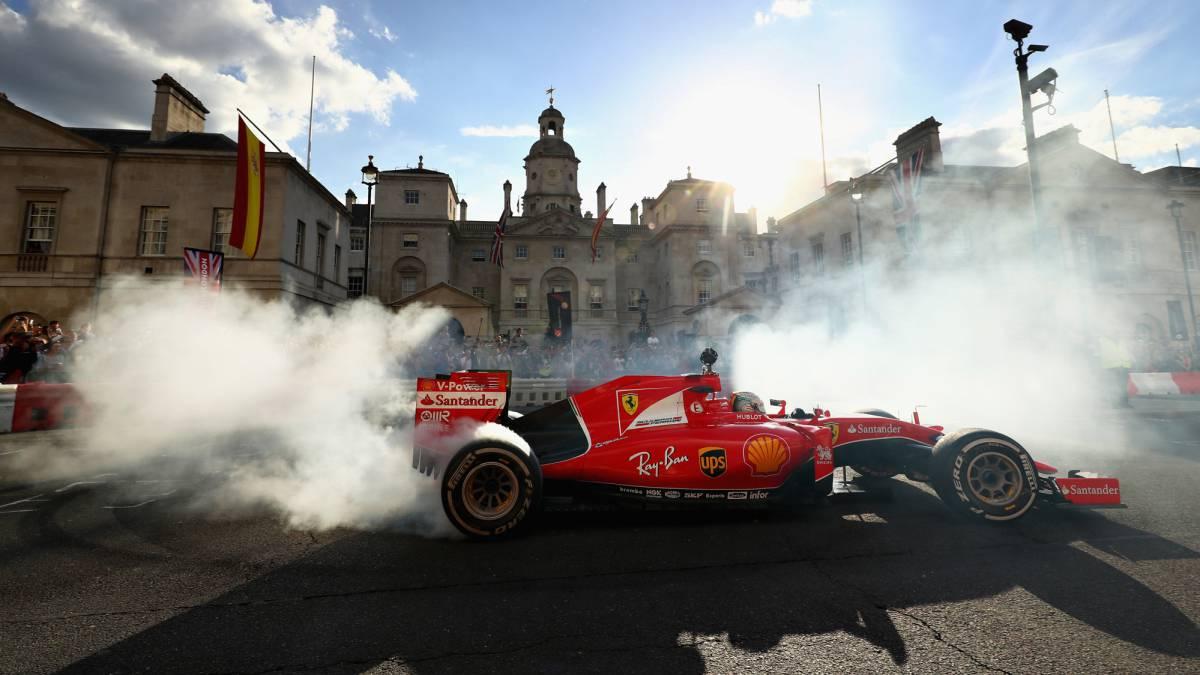 Vettel, con el Ferrari SF15-T en Londres.