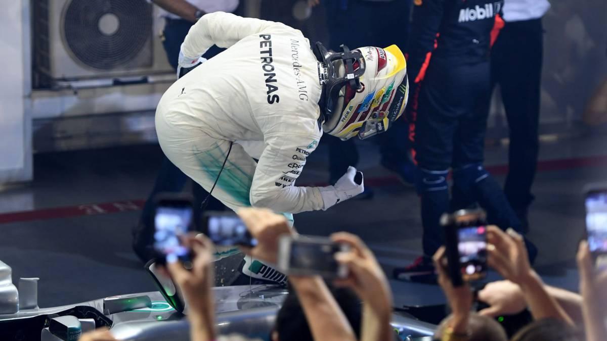Lewis Hamilton celebrando su victoria en Singapur.