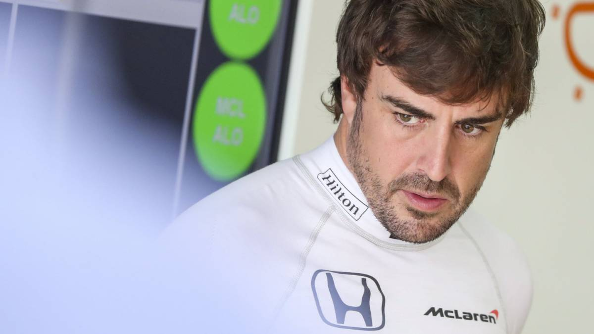 Fernando Alonso en el box de McLaren en Malasia.