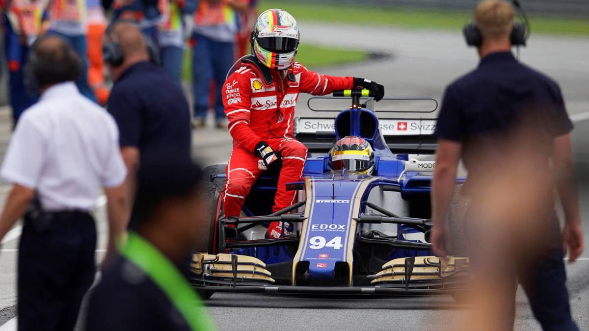 Vettel llegando al pit lane de Sepang encima del Sauber de Wehrlein.